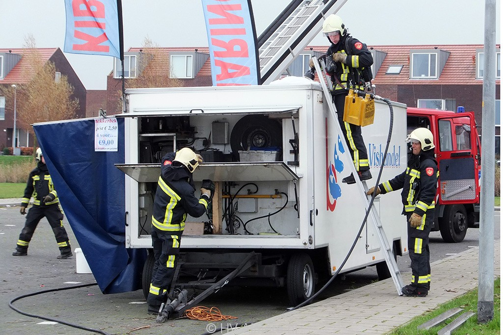 Brandweer blust brand in viskraam Noorderplassen 5