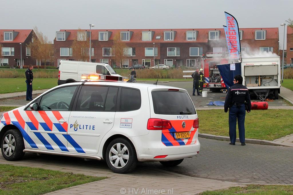 Brandweer blust brand in viskraam Noorderplassen 3
