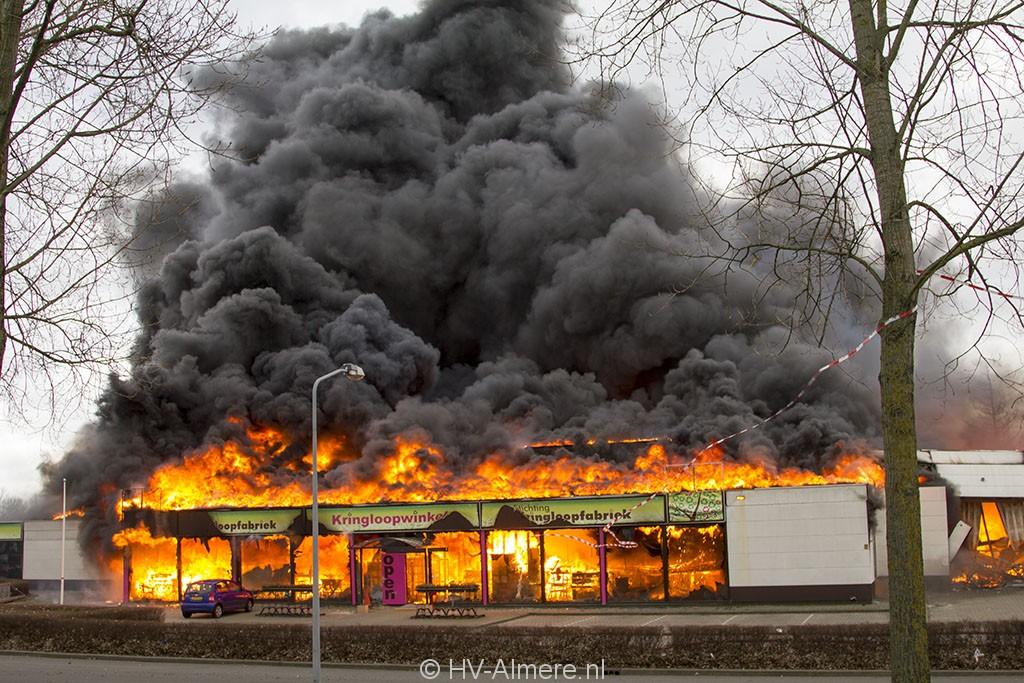 een jaar later: grote brand in kringloopfabriek buiten - hv-almere