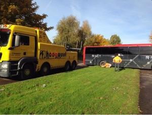 Opnieuw bus vast in het gras