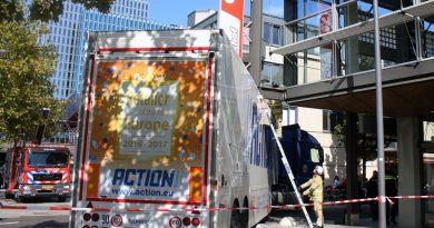 Vrachtwagen rijdt zich vast tegen winkelpand Metropolestraat