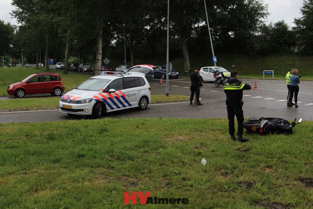 Citaten Filosofie Zaman : Ongeval tussen auto en scooter hollandsedreef hv almere