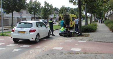 Scooterrijdster gewond na ongeval met auto Bartokweg