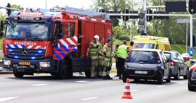 Kop-staart aanrijding voor verkeerslichten bij Karperweg
